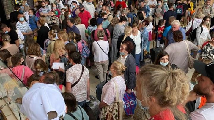 В Кольцово из-за грозы задерживаются рейсы: сотни людей сидят в аэропорту уже десять часов