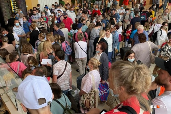 Пассажиры ждут вылета больше десяти часов