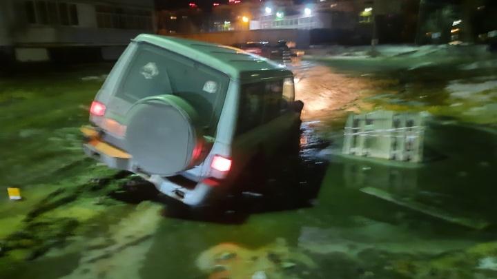 «Это еще не предел»: в Ярославле автомобиль застрял в луже между домами