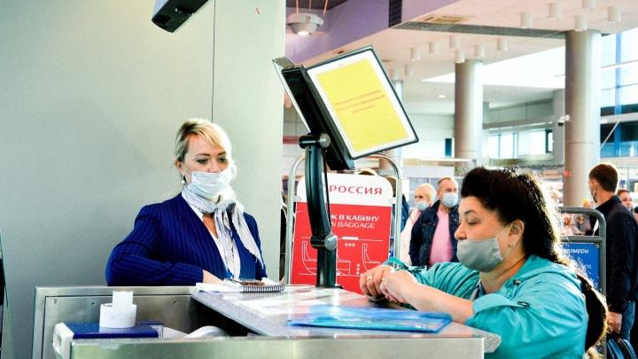 В омском аэропорту вычислили миллионного пассажира. Женщине вручили сертификат на бесплатный перелет