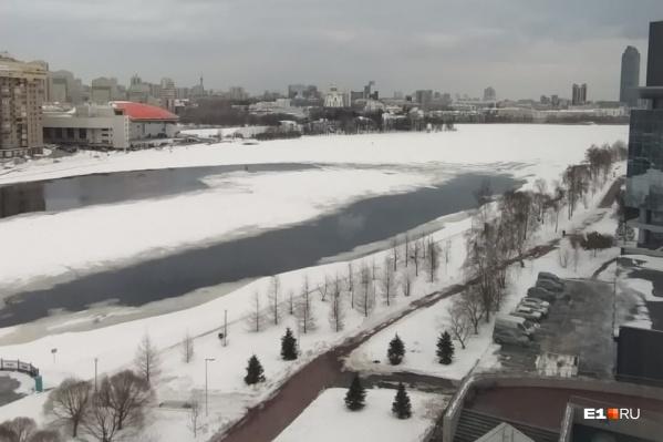 На льду видны проталины, ходить по нему небезопасно