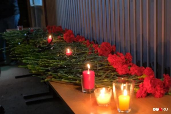 У входа в кампус Пермского госуниверситета организовали временный мемориал в память о погибших