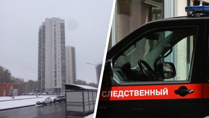 В Кольцово 74-летняя женщина выпала с балкона седьмого этажа