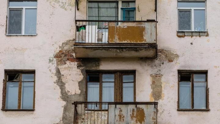 В Перми двухлетняя девочка выжила после падения с третьего этажа
