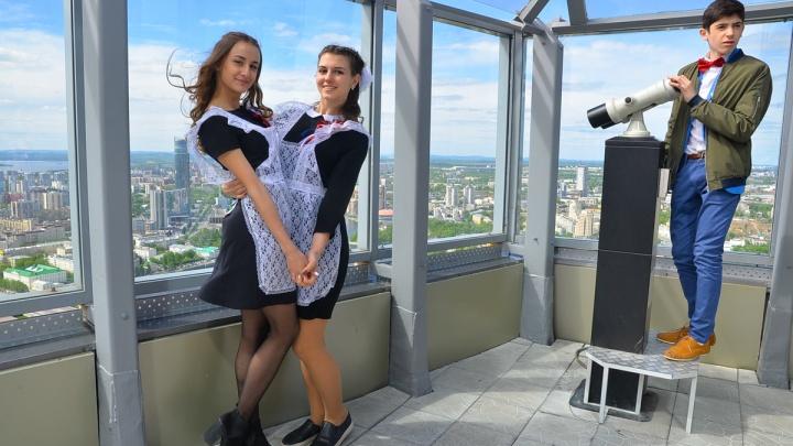 В Екатеринбурге объявили, когда школьники закончат учиться, а выпускникам вручат аттестаты