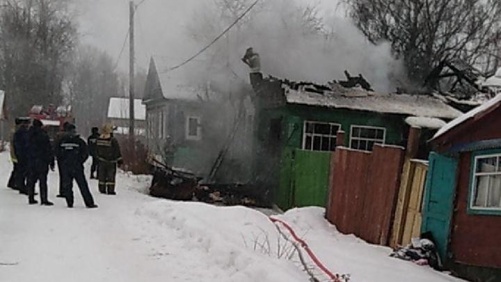 Едва выбежали: в Ярославской области пожар оставил бездома семью смаленьким ребенком