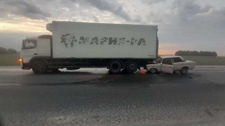 На трассе под Новосибирском ночью «Жигули» залетели под грузовик — пострадали пять человек