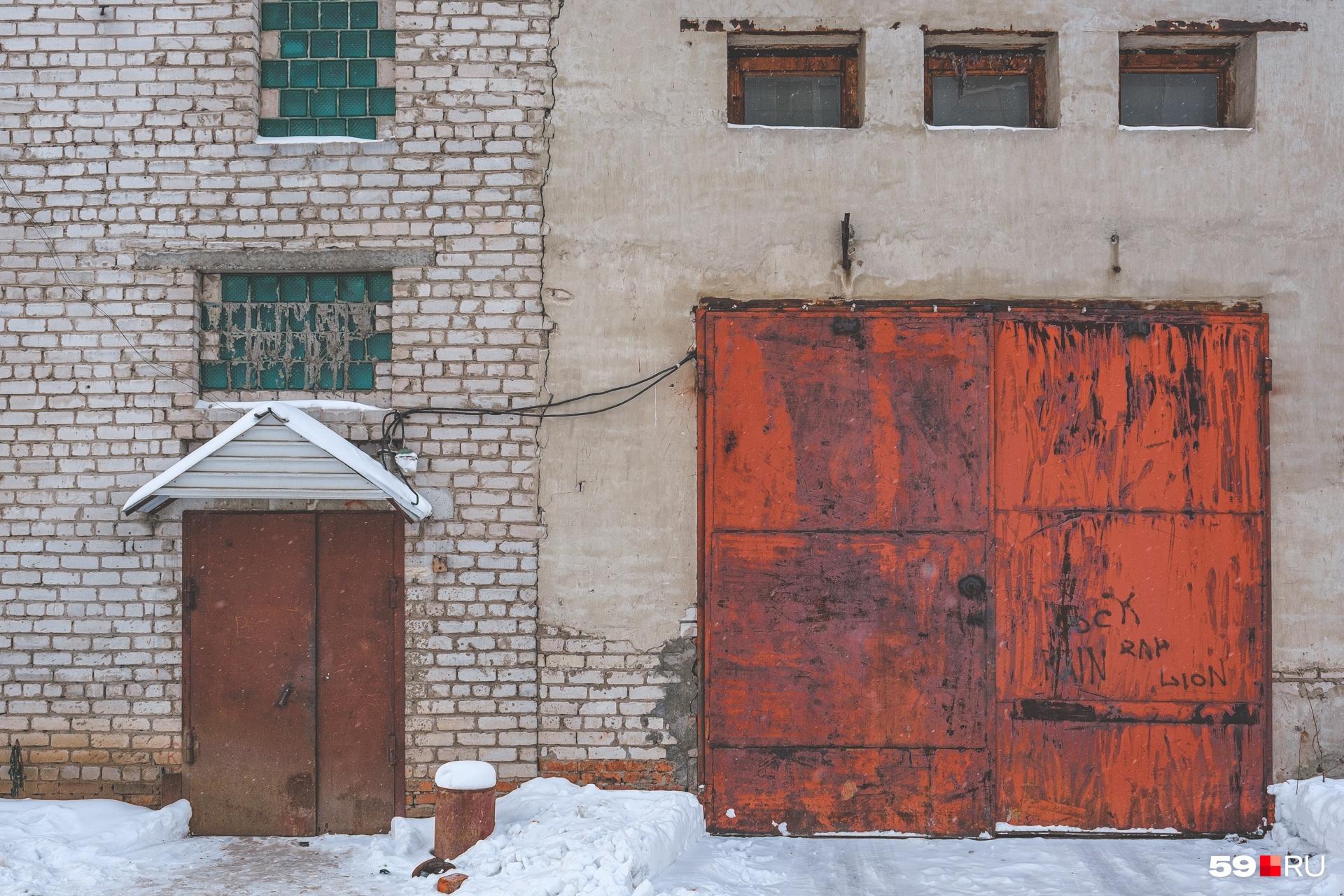 Вход в клуб будет организован в одну из этих дверей. Окна уже закрыли звукоизоляцией