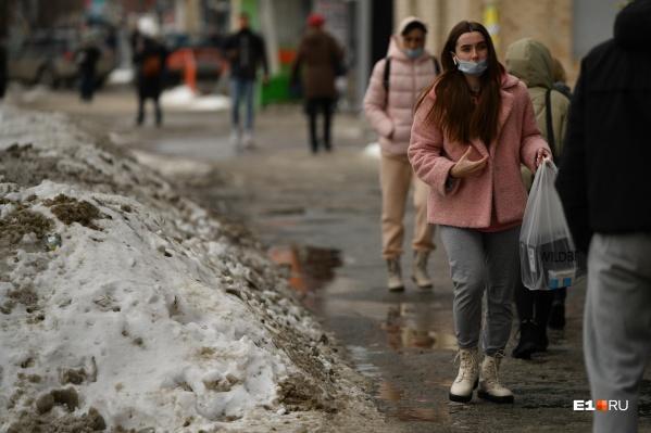 Снег всю зиму сгребают в кучи, которые весной заливают дорожки