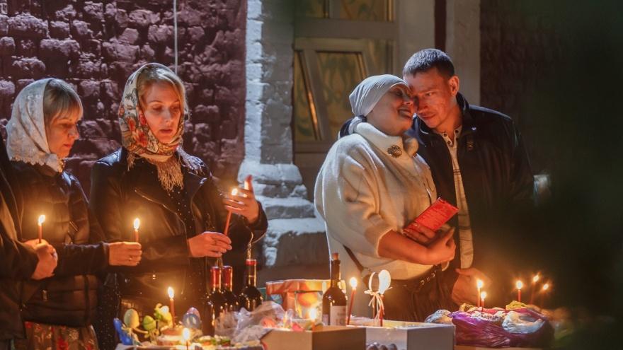 Сняли маски, улыбались и верили: фоторепортаж пасхального богослужения из Казанского собора Волгограда