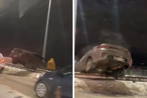 Машина перелетела через дорожное ограждение