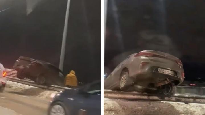«Один вопрос: как?» — на Добрынинском путепроводе машина повисла на ограждении. Видео