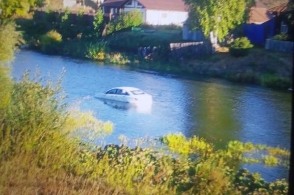 Автомобиль такси поплыл по реке