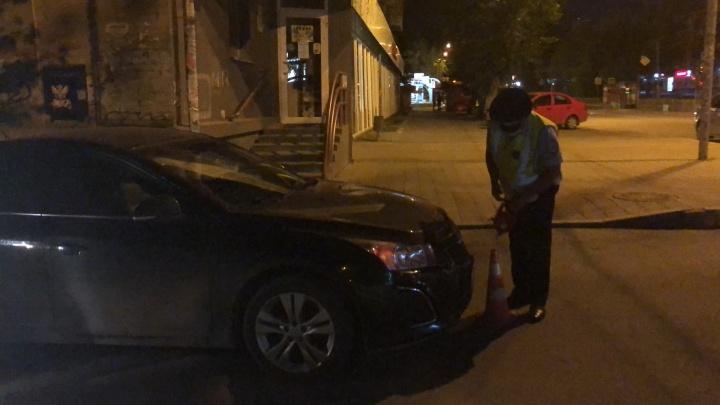 На Луначарского Chevrolet сбил двух подростков на электросамокате