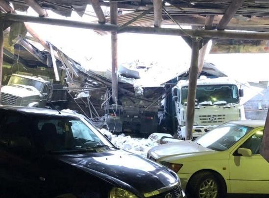 Крыша автостоянки обрушилась под натиском снега в Норильске