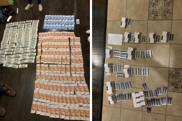 В ходе обысков полиция нашла 150 флаконов и более 100 упаковок с сильнодействующими веществами, а также более 1,3 миллиона рублей