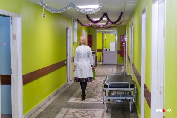 В краевой больнице остается только стрелок