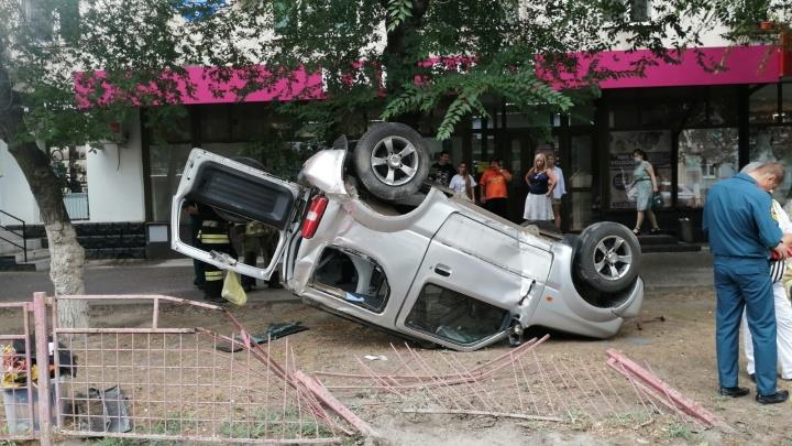 Говорят, колесо лопнуло: в Волгограде внедорожник вылетел на тротуар и перевернулся