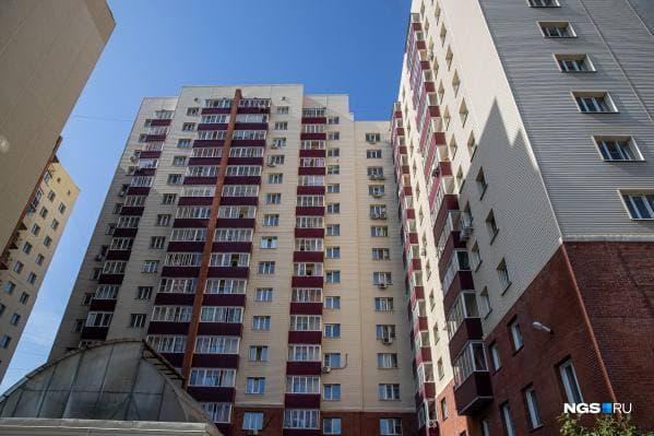 Жильцы дома в Новосибирске вызвали полицию из-за стройки — они боятся, что это навредит подземной парковке