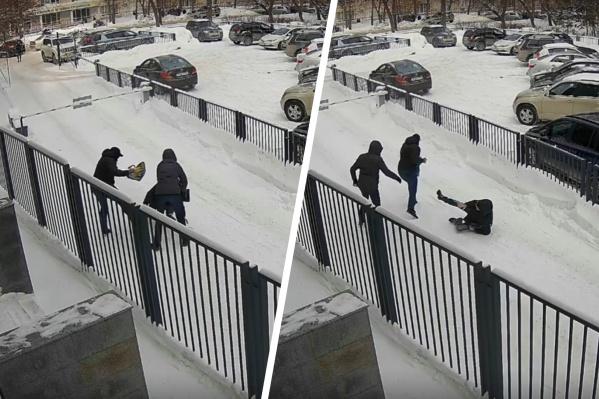 Ограбление произошло днем на улице Новогодней