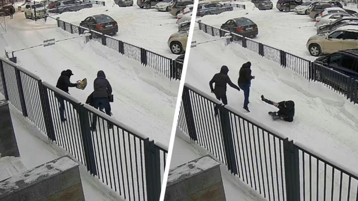 У жителя Новосибирска выхватили пакет с 15 миллионами — ограбление попало на видео