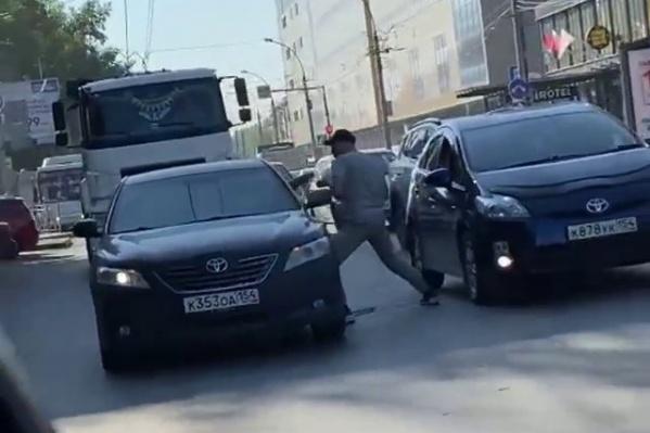 Сперва мужчины на «Тойотах» «играли в догонялки», но на площади Маркса дело дошло до драки