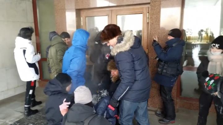 С акции протеста в Екатеринбурге человека увезли на скорой