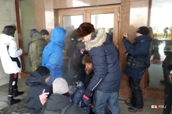 Мужчину пытались отнести в здание правительства