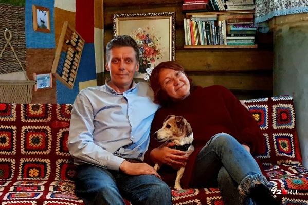 Андрей и Светлана решили купить домик в деревне спонтанно. Годы спустя они сумели без помощи профессионалов в сфере ремонта превратить эту деревянную одноэтажку в пространство мечты