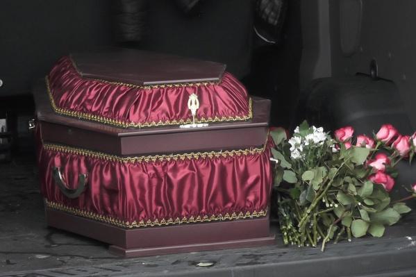Гроб простоял напротив администрации около часа