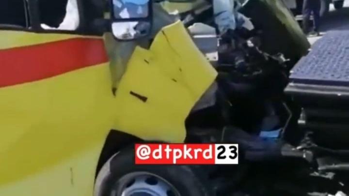 На Кубани скорая помощь выехала на пути перед локомотивом, в ДТП пострадали 5 человек