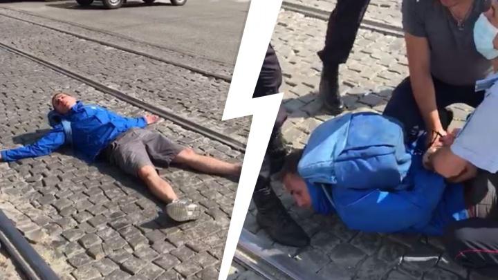 «То ли под наркотиками, то ли по жизни неадекватный». Появилось видео задержания дебошира у Южного автовокзала