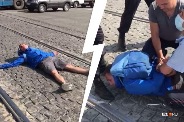 Полицейским пришлось надеть на дебошира наручники