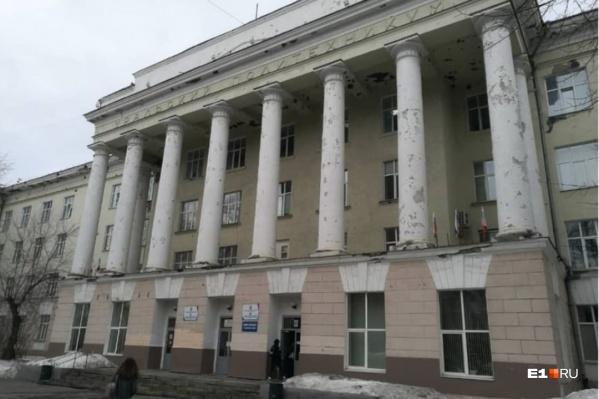 Узнаваемое здание на Ленина, 89 ветшает на глазах, а общежития и столовой у колледжа нет уже пять лет