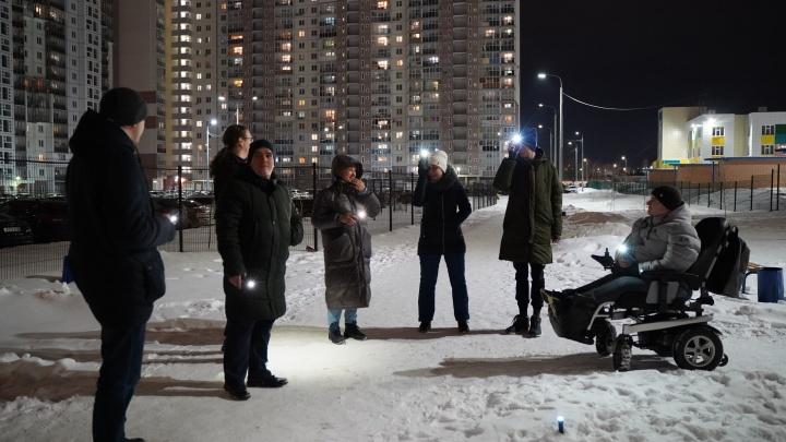 Челябинцы зажгли фонарики в своих дворах в поддержку Навального