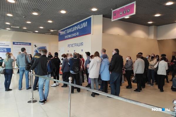 Среда, 12:00, разгар рабочего дня. В торговом центре ажиотаж — более 50 человек стоят в очереди на долгожданную прививку от коронавируса