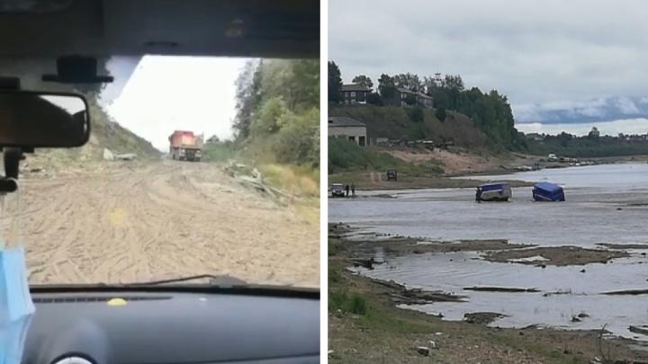 Жители Верхней Тоймы не могут проехать к дому из-за размытой дороги. Видео