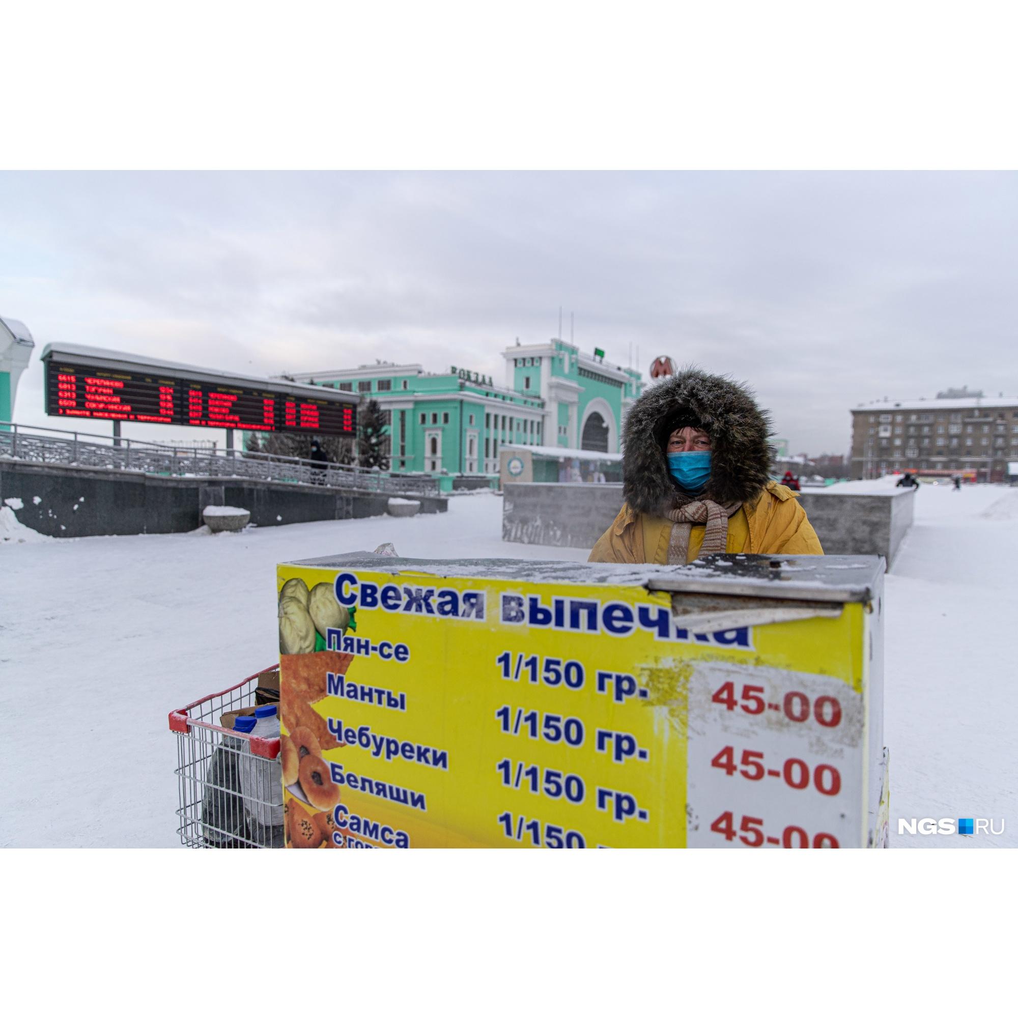 А вот Оксана от фотографий не отказалась — на площади она работает легально, по заключенному договору