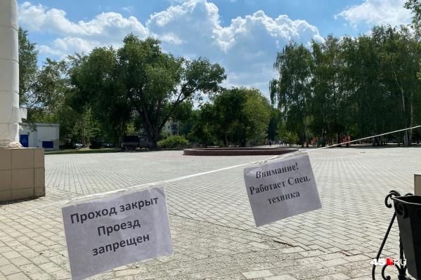 Вход с улицы Ленина уже оградили