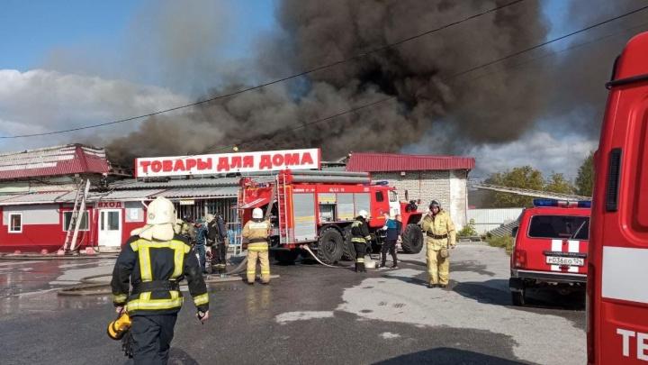 В Ачинске горит склад в 1000 квадратов — пожарные перекрыли дорогу