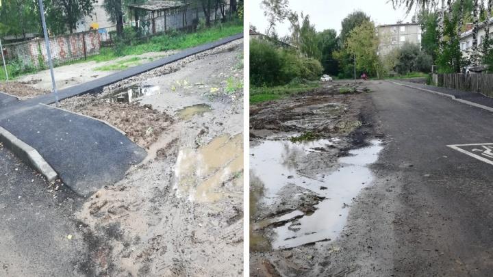 «Уже и такому рады»: в Ярославле новый тротуар проложили в грязь