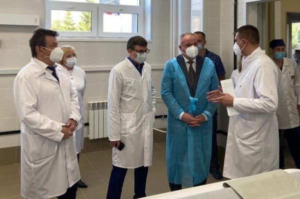 Александра Мураховского (в центре в белом халате) искали даже с помощью авиации
