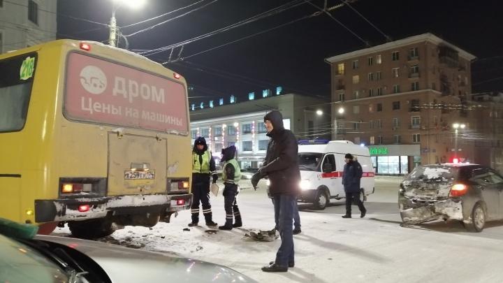 Маршрутный пазик попал в ДТП в центре Челябинска
