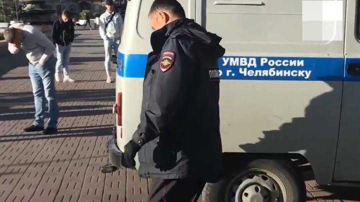 В Челябинске полицейский распылил газовый баллончик в лицо парню, снимавшему на видео задержание друзей