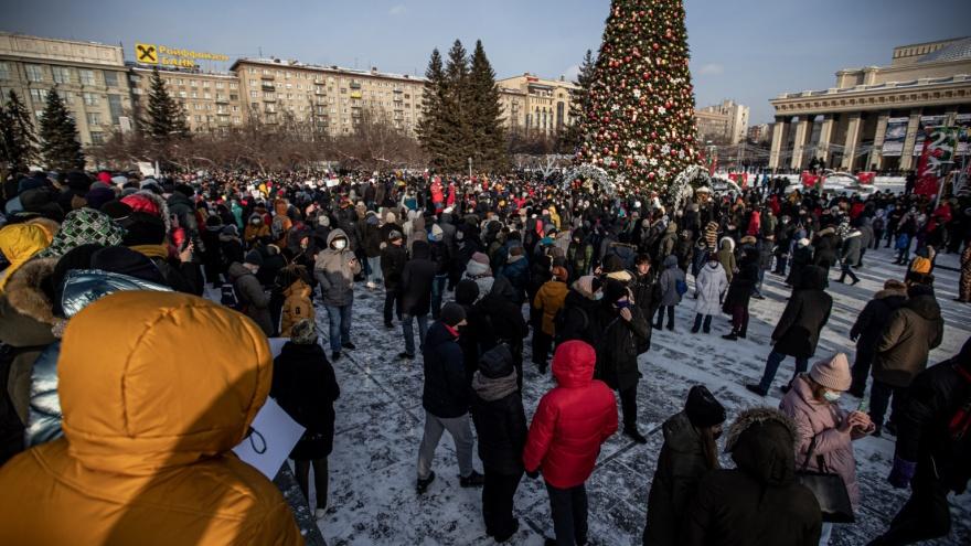 Полицейский Новосибирск: люди вышли с лозунгами за свободу, а их уволокли в автозаки. Репортаж Алёны Истоминой