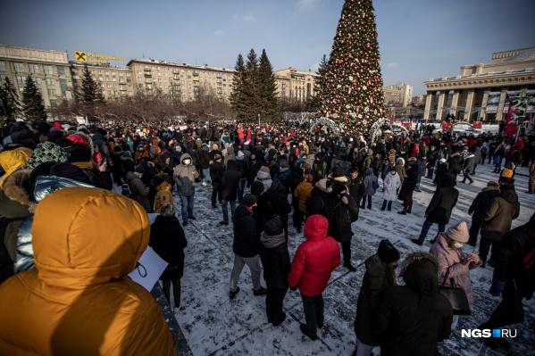 Точное количество людей на акции было сосчитать сложно — но, по субъективному подсчету нашего журналиста, на прогулку вышло не меньше трех тысяч новосибирцев