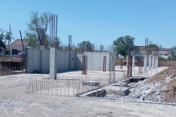 """У будущей школы на <nobr class=""""_"""">550 мест</nobr> готов только фундамент"""