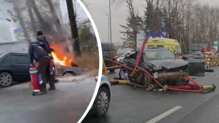Машина улетела в кювет и загорелась: на видео попали первые минуты страшной аварии в Тюмени