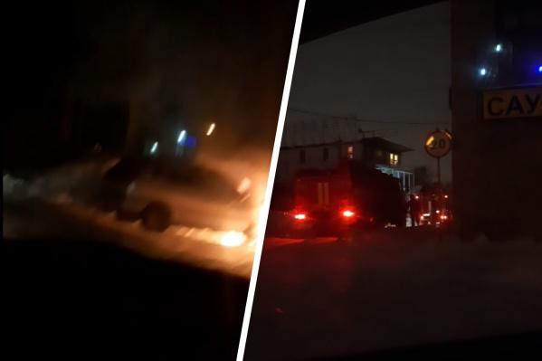 Машина загорелась на парковке рядом с сауной