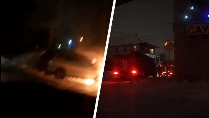 Машина сгорела в Калининском районе Новосибирска— пожар попал на видео